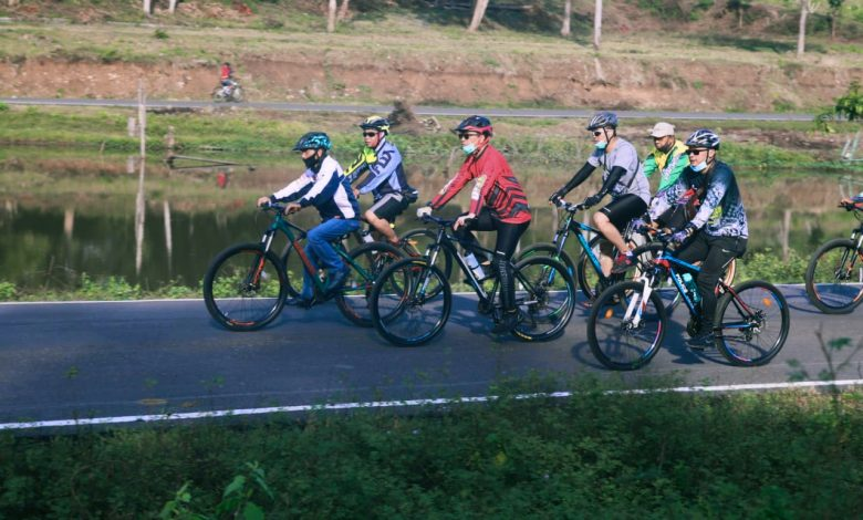 Bupati Nelson bersepeda dengan Komunitas