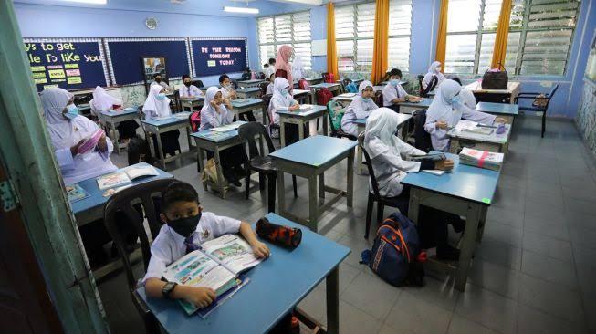 Siswa bekajar di sekolah